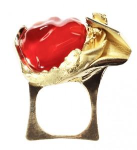 Bague « Isaure », créée pour la naissance de sa petite fille, évoquant la vie, opale du Mexique et or jaune.