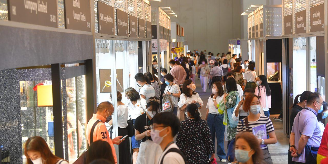 Aux salons jumelés de la bijouterie du HKTDC à Hong Kong, près de 30 % des visiteurs EMANANT DU GRAND public ont dépensé plus de 10.000 HKS par personne.